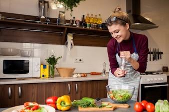 Sourire bureau cuisiner jeune heureux