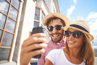 Sourire couple de prendre une selfie close-up