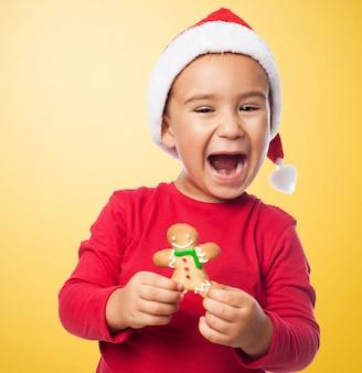 Sourire garçon avec son savoureux pain d'épices