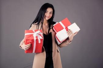 Sourire noir cadeau rouge heureux