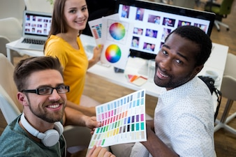 Sourire travailleurs avec la palette de couleurs