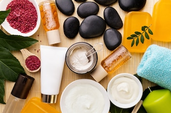 Spa Beauty Care Concept. Beautiful Various Products Spa Set for Care. Vue des produits Spa depuis le haut.