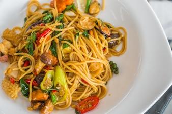 Spaghetti aux fruits de mer épicés.