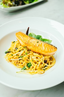Spaghetti et pâtes au filet de saumon