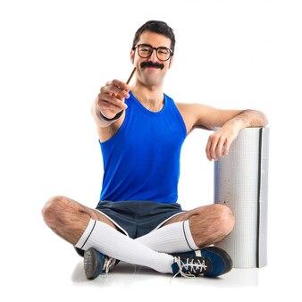 Sportman tenant une cigarette