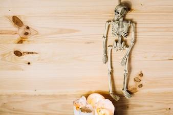 Squelette suspendu avec des bougies