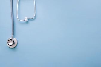 Stéthoscope de docteur au fond bleu