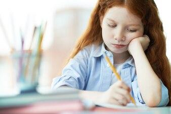 Studiant très concentré