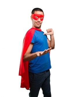 Super-héros confiant avec un geste calme
