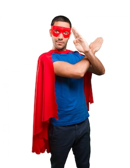 Super-héros sérieux avec un geste d'interdiction