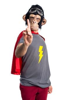 Superhero monkey man comptant un
