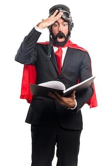 Superhéros d'homme d'affaires livre de lecture