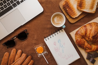 Surface avec dessin et petit-déjeuner pour le jour du père