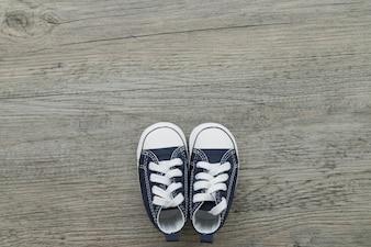 Surface en bois avec de petites chaussures