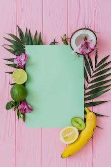 Surface en bois avec morceau de papier et de fruits
