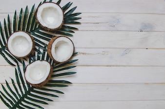Surface en bois blanc avec noix de coco et espace vide