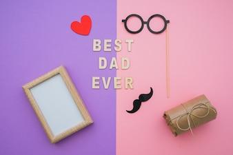 Surface rose et violette avec des éléments pour le jour du père