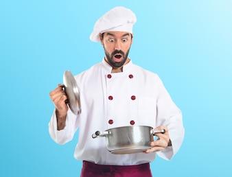 Surpris, chef, tenue, pot, coloré, fond