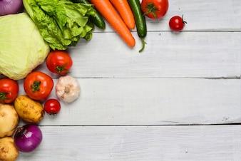 Table avec quelques légumes