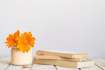 Table en bois avec de belles fleurs et des livres