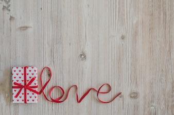 Table en bois avec le mot «amour» et une boîte-cadeau