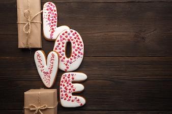 Table en bois brun avec le mot «amour» et des cadeaux bruns