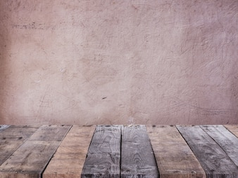 Table faite de planches de bois devant un mur de béton