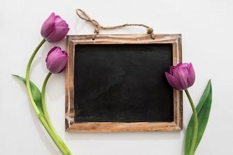 Tableau noir avec des tulipes