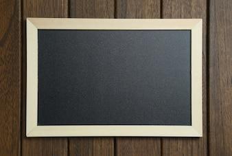 Tableau noir sur fond de bois vintage
