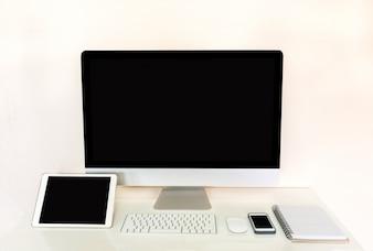 Tablette d'ordinateur et téléphone portable avec écran noir vierge
