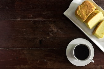 Tasse à café et soucoupe au gâteau