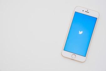 Téléphone avec l'application Twitter