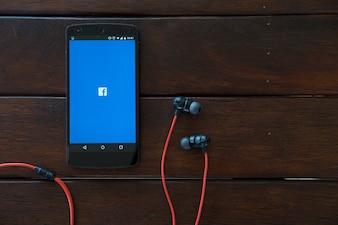 Téléphone mobile sur table en bois.