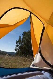 Tente ouverte dans le camp