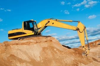 Terrain avec excavatrice jaune