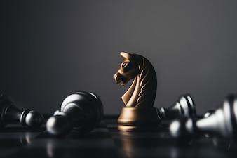 Tir d'un tableau d'échecs en déménagement en maison blanche. Concept de chef d'entreprise.