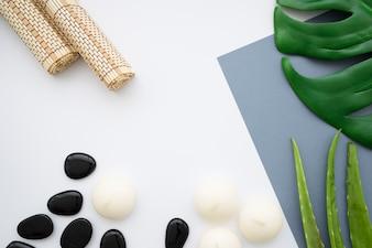 Toiles, pierres et feuilles en bambou