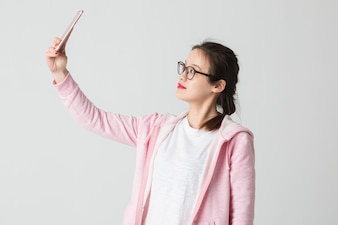 Tourné dans le studio de jeunes femmes asiatiques dans l'utilisation de l'entreprise de téléphonie mobile