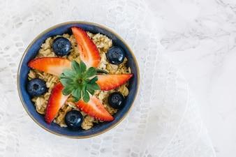 Tranches de fraises avec des céréales et des bleuets