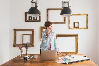 Travailleur à parler au téléphone au bureau
