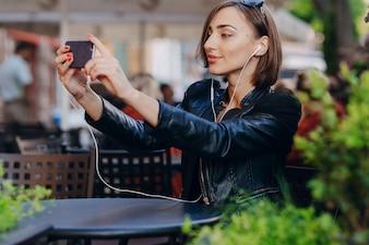 Travailleur avec veste en cuir de prendre une photo