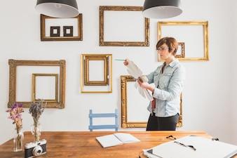 Travailleur concentré regardant une palette de couleurs