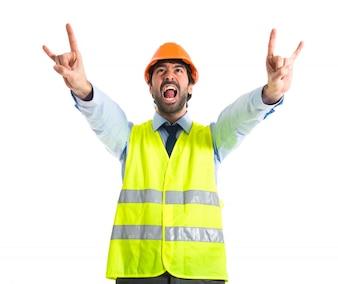 Travailleur faisant un geste de corne
