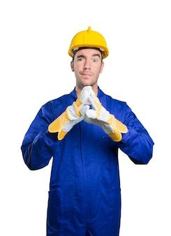 Travailleur préoccupé avec un geste de concentration sur fond blanc