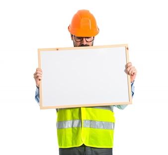 Travailleur tenant une pancarte vide