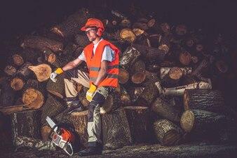Travailleuse satisfaite du bois