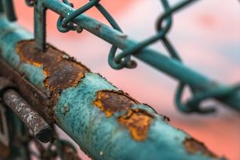 Treillis en acier rouillé et tuyaux en fer
