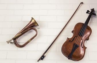 Trumpet à côté d'un violon