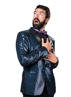 Un bel homme avec une veste en paillette amoureuse