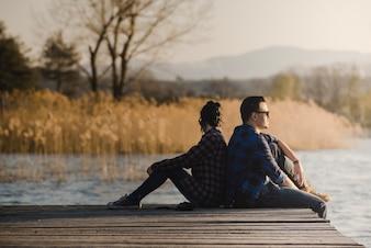 Un couple détendu assis sur des planches